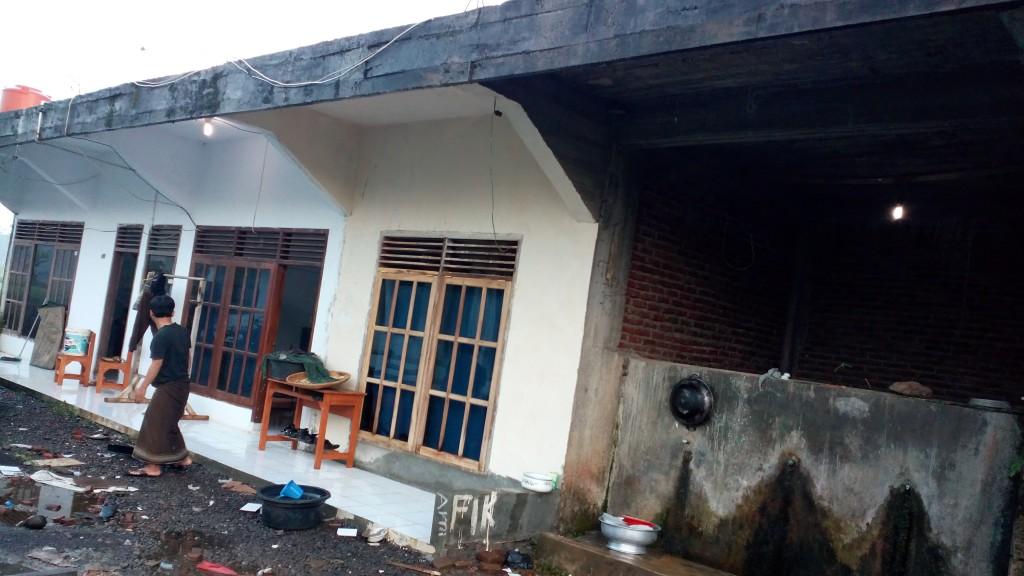 Bangunan Santri Putri yang belum selesai bagian bawahnya